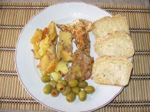 Carne cu legume la punga , masline si paine