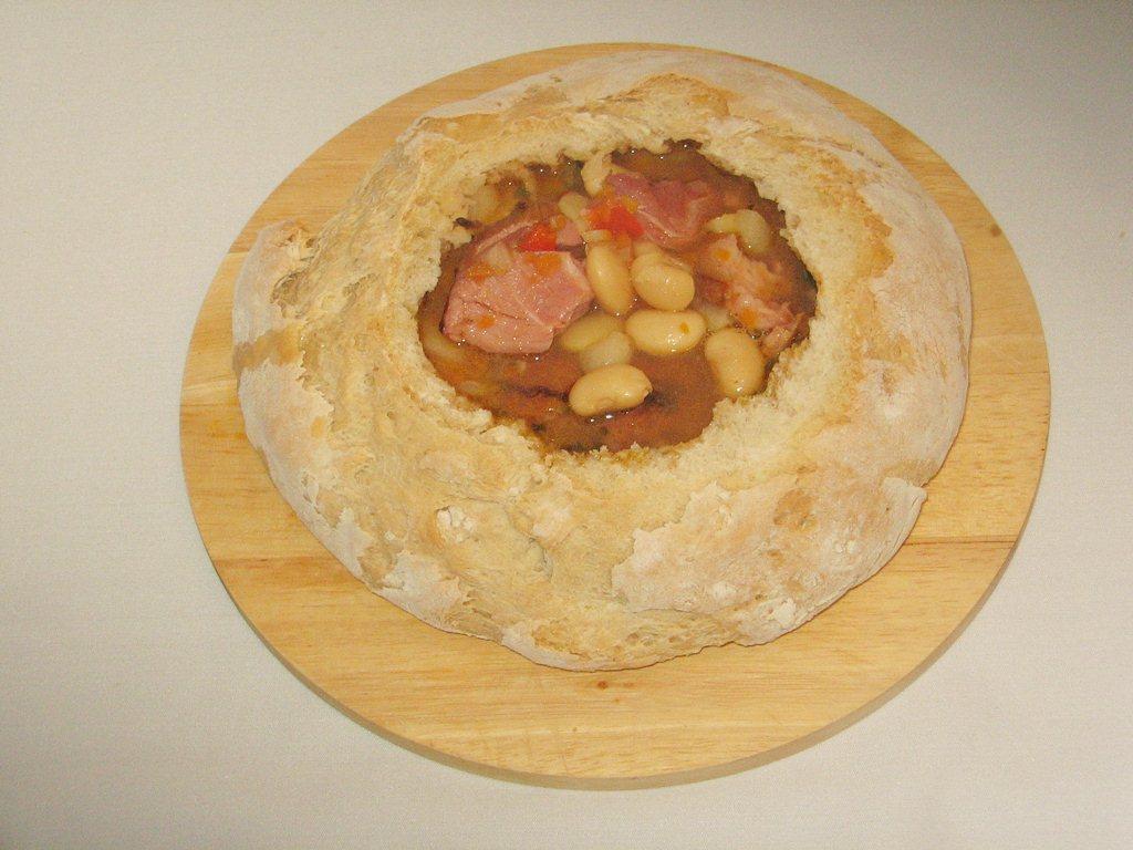 Fasole cu ciolan in paine