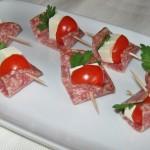 Soldăței cu salam, roșii și brânză