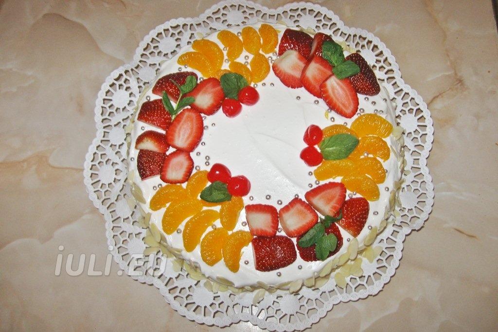Tort aniversar decorat cu capsuni si mandarine