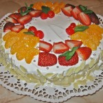 Tort decorat cu frisca si fructe