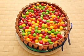 Tort cu margine de KitKat si decor bomboane M&M