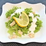 Salata verde cu piept de pui si sos de iaurt