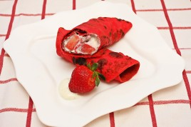 Clatite rosii cu capsuni si crema de vanilie - clatite Valentine's Day