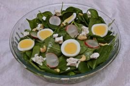 Salata cu spanac, branza de capra, caju si dressing de ghimbir