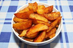 Cartofi wedges cu usturoi la cuptor