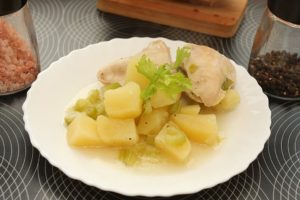 Mancare de pui cu cartofi si tije de telina