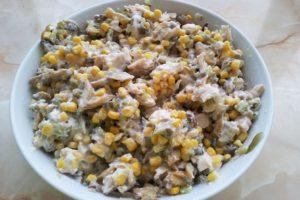 Salata cu pui porumb si iaurt